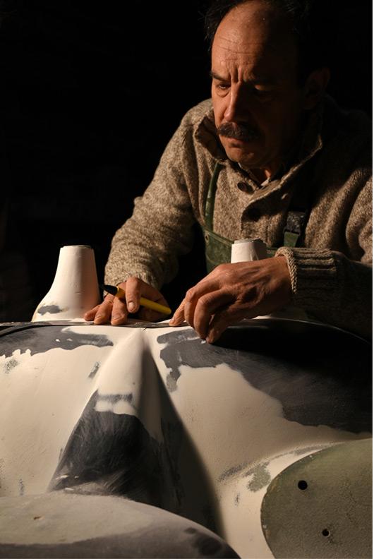 Michael en travail de modelage sur une vasque