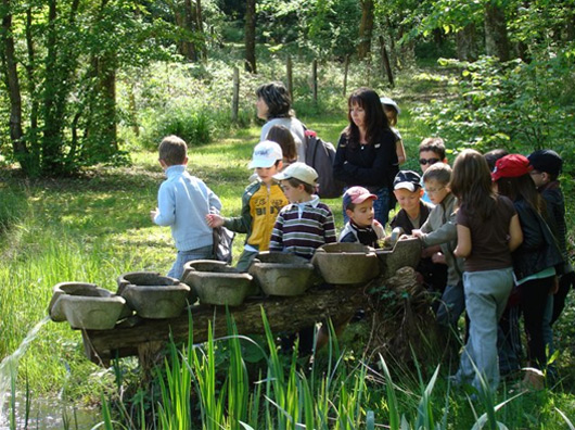 Photo des Jardins d'Eaux Vives avec un groupe d'enfants