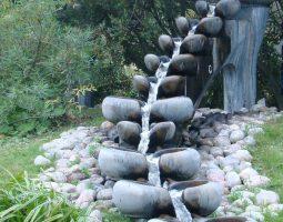 Cascade petite Aquala sur bassin paysager résidence de campagne roi de suède